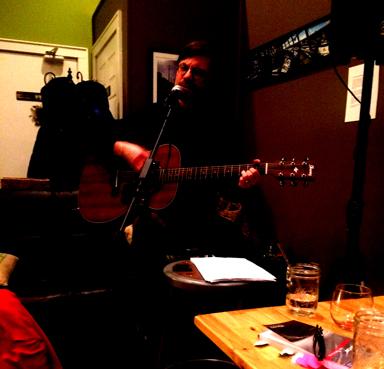 Lesung in Norfolk: Kai Reininghaus spielt einige seiner Songs